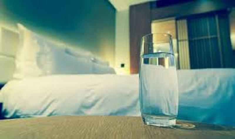 موقع أمريكي يُحذر من ترك كوب الماء بالقرب من سرير النوم ويكشف الأسباب