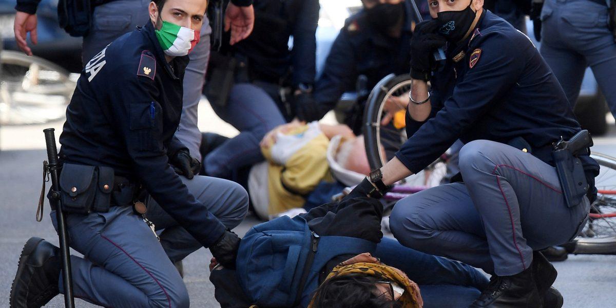 """""""بالفيديو"""" الشرطة الإيطالية تعتقل شاب مصري في روما بعد تحطيمة 56 سيارة"""