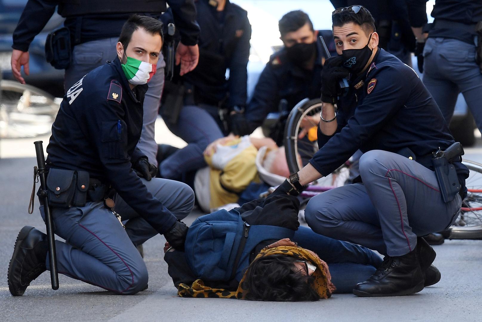 """""""بالفيديو"""" الشرطة الإيطالية تعتقل شاب مصري في روما بعد تحطيمة 56 سيارة 1"""