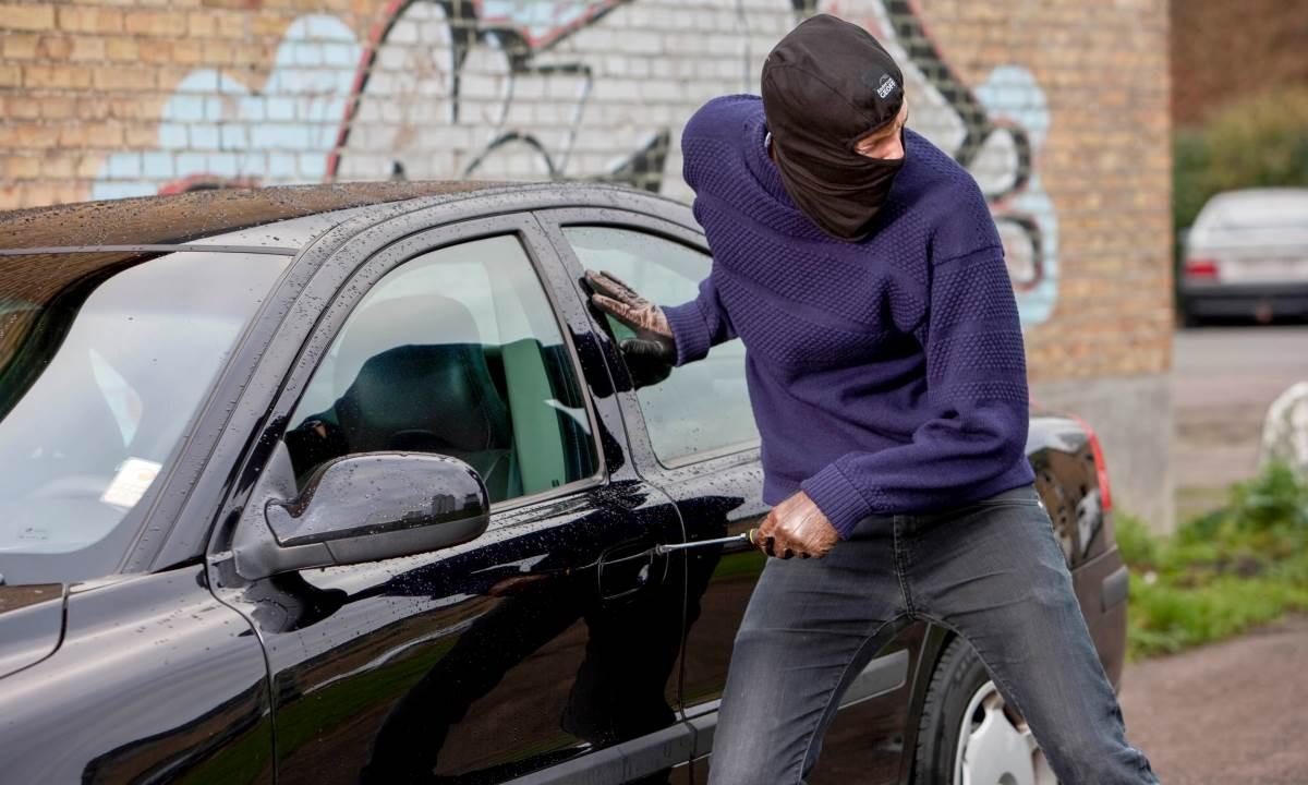 اللص الشريف.. لص يسرق سيارة ثم يعود لصاحبتها ويهددها بإبلاغ الشرطة لسبب غريب
