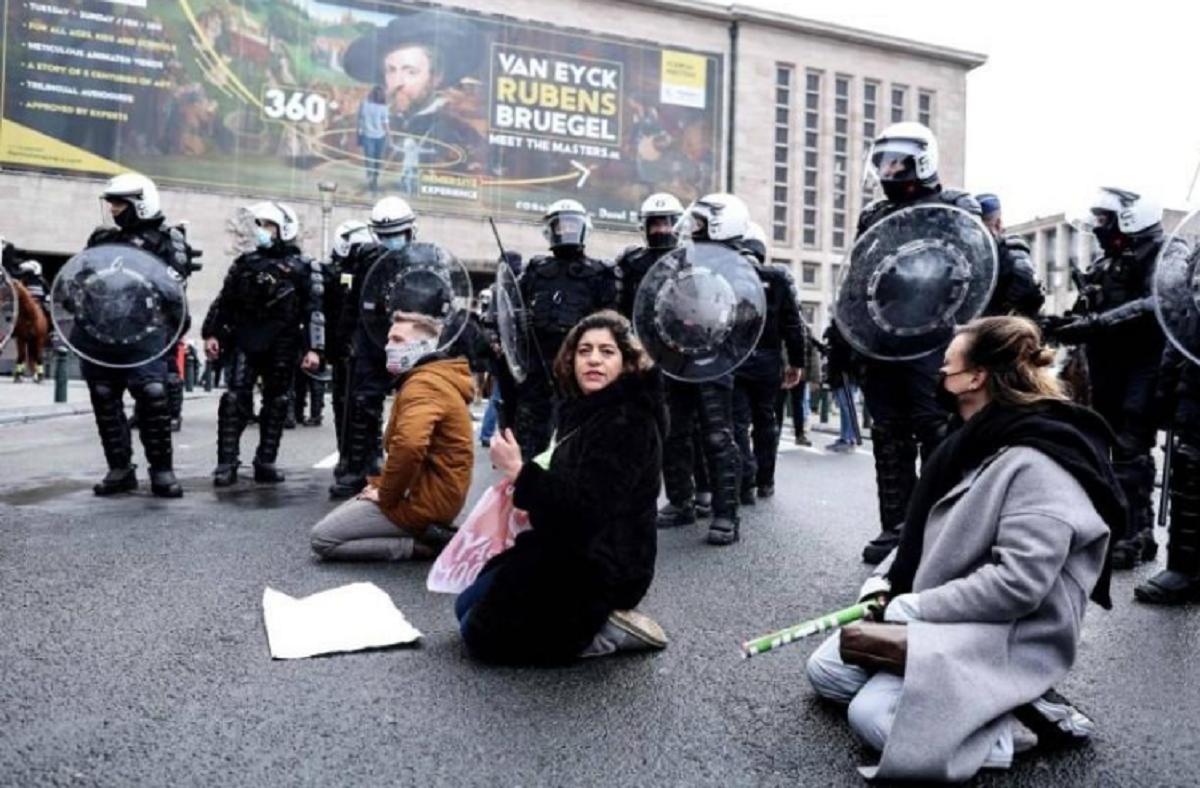 شرطة بروكسل تحتجز 500 متظاهر ضد إجراءات فيروس كورونا