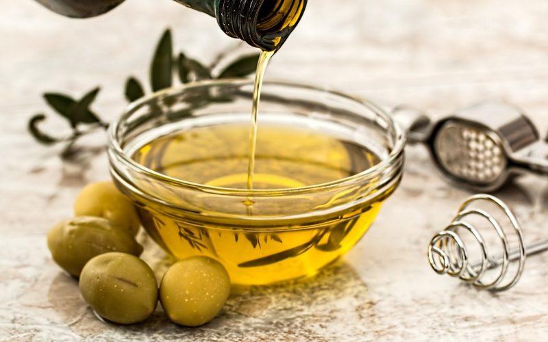 من المعروف أن لزيت الزيتون فوائد عديدة للبشرة والشعر .. فهل له من أضرار؟