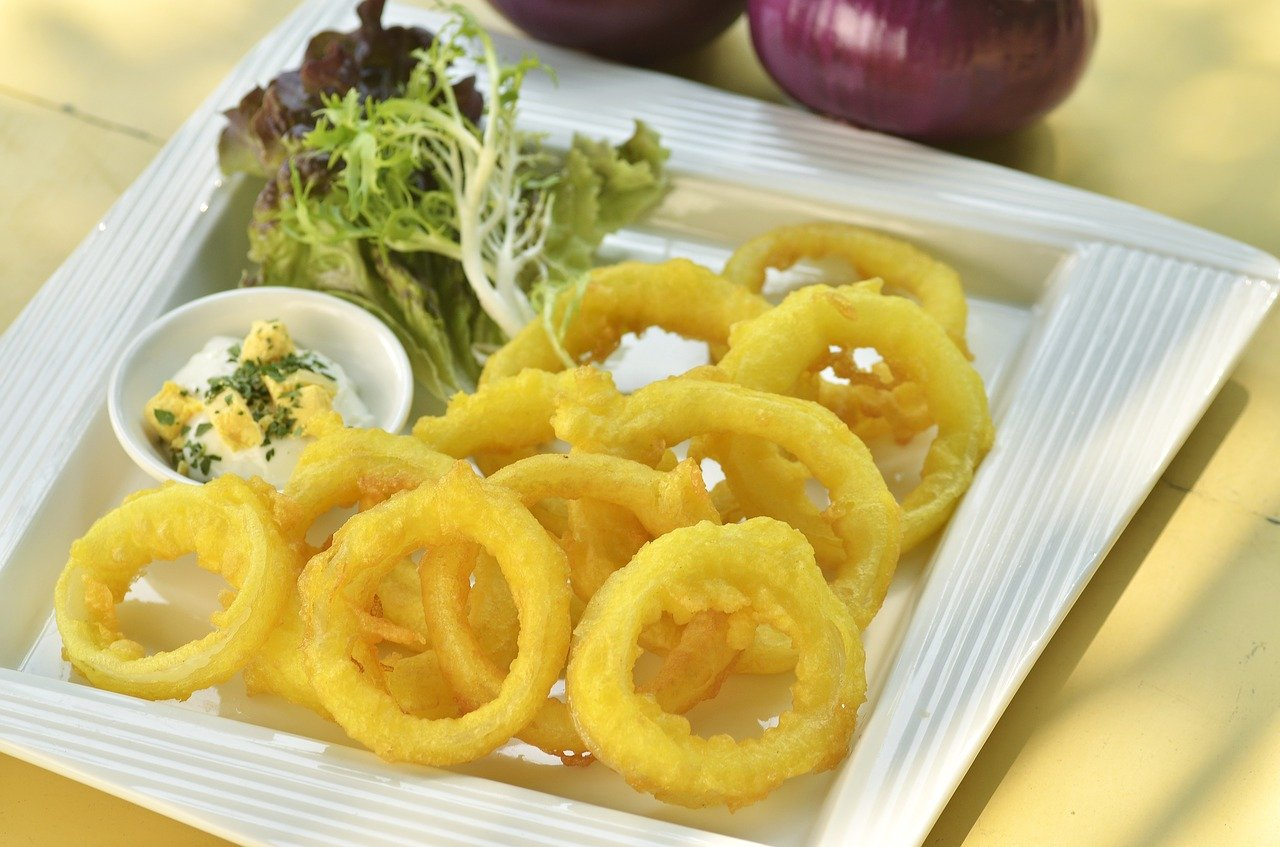 حلقات البصل المقرمشة بحشوة الجبنة سهلة وسريعة ومميزة