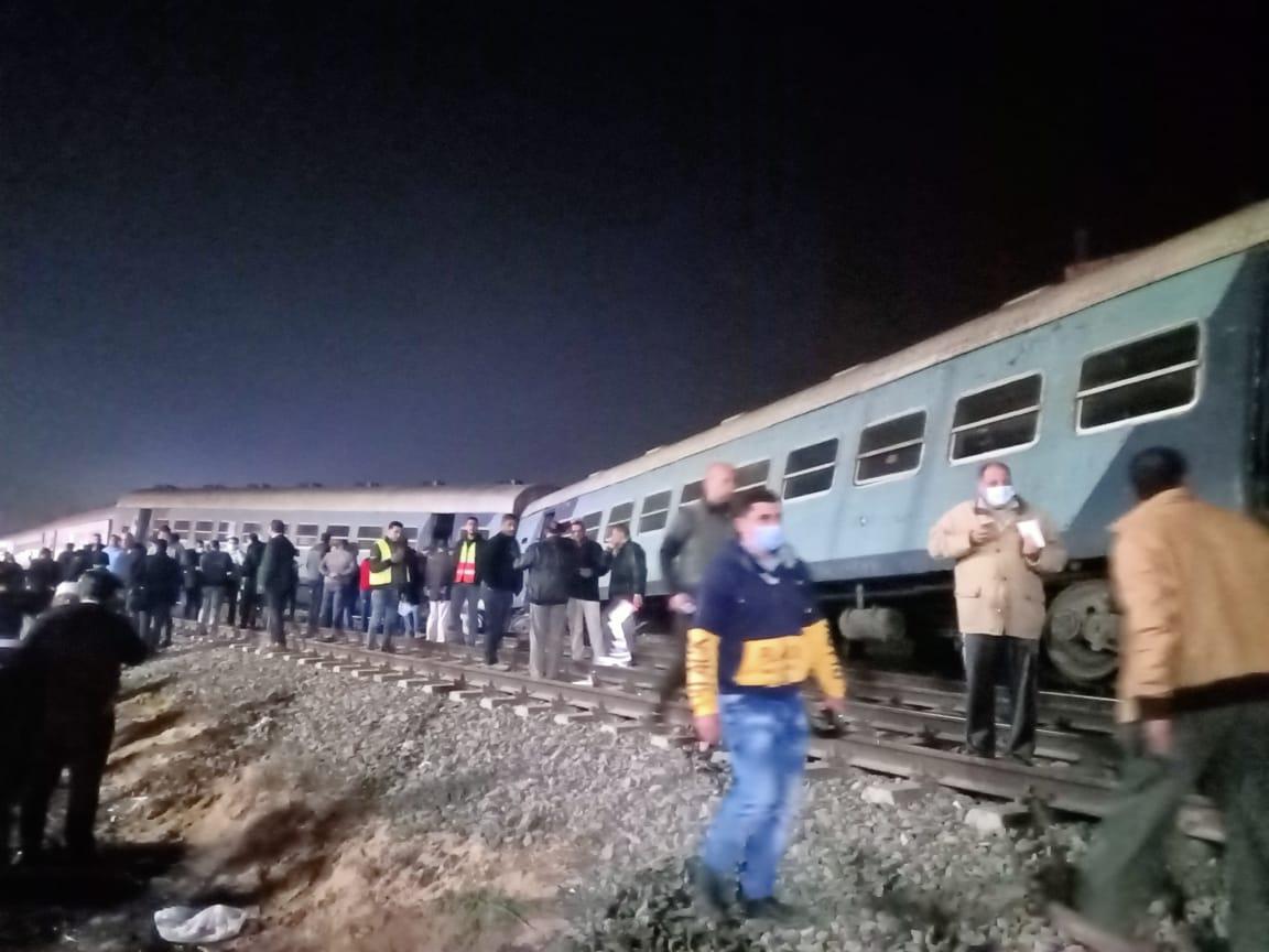 عاجل| الصور الأولى لخروج قطار ركاب منيا القمح عن القضاب منذ قليل والدفع بـ20 سيارة إسعاف 2