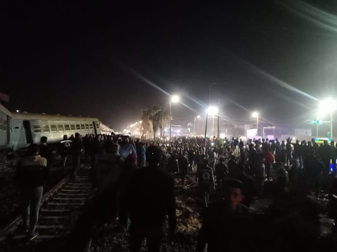 عاجل| الصور الأولى لخروج قطار ركاب منيا القمح عن القضاب منذ قليل والدفع بـ20 سيارة إسعاف 3