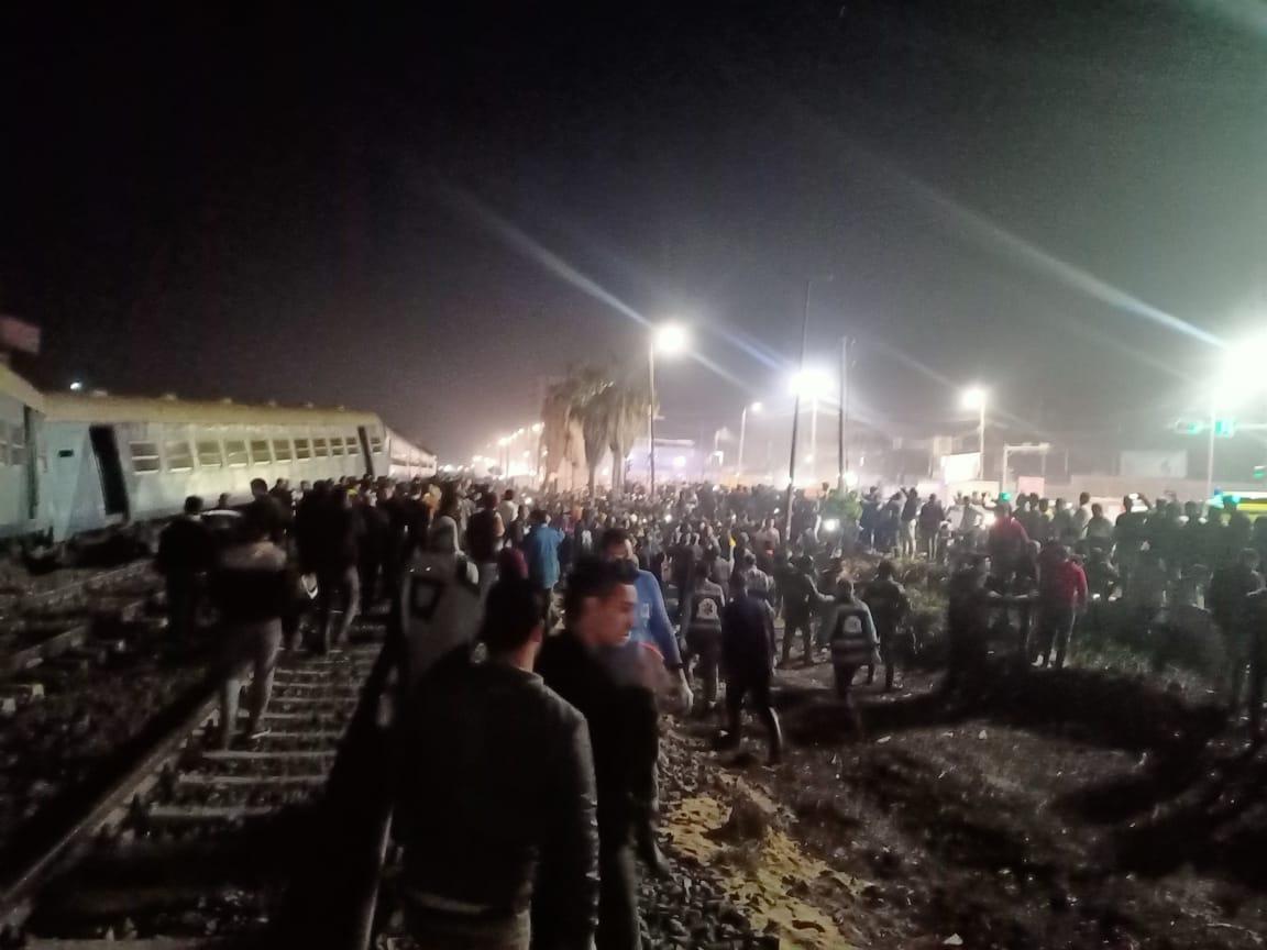 عاجل| الصور الأولى لخروج قطار ركاب منيا القمح عن القضاب منذ قليل والدفع بـ20 سيارة إسعاف 4