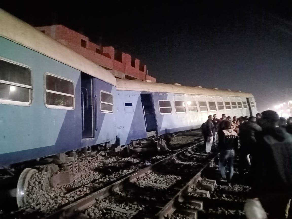 عاجل| الصور الأولى لخروج قطار ركاب منيا القمح عن القضاب منذ قليل والدفع بـ20 سيارة إسعاف 5