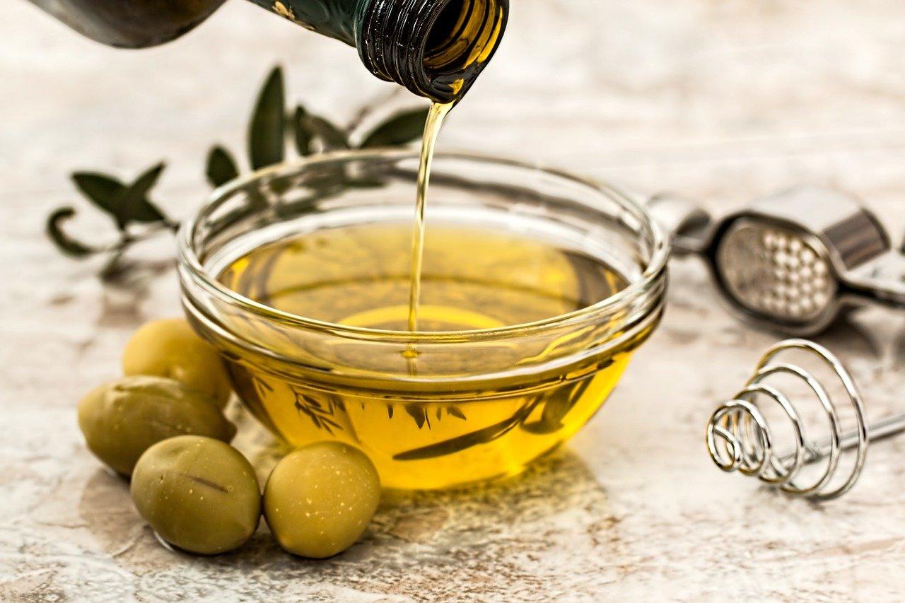 زيت الزيتون وإستخداماته الرائعة في علاج تساقط الشعر وجفافه