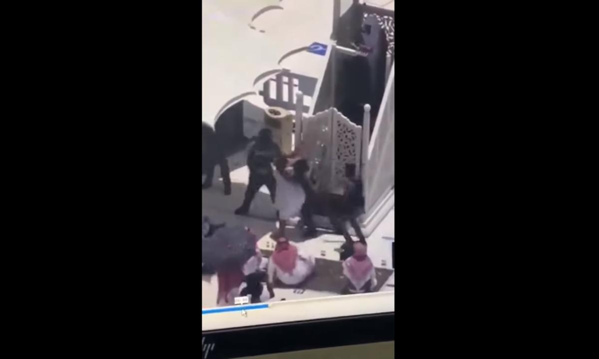 فيديو لشخص حاول الصعود إلى منبر الحرم يصنع الحدث في السعودية