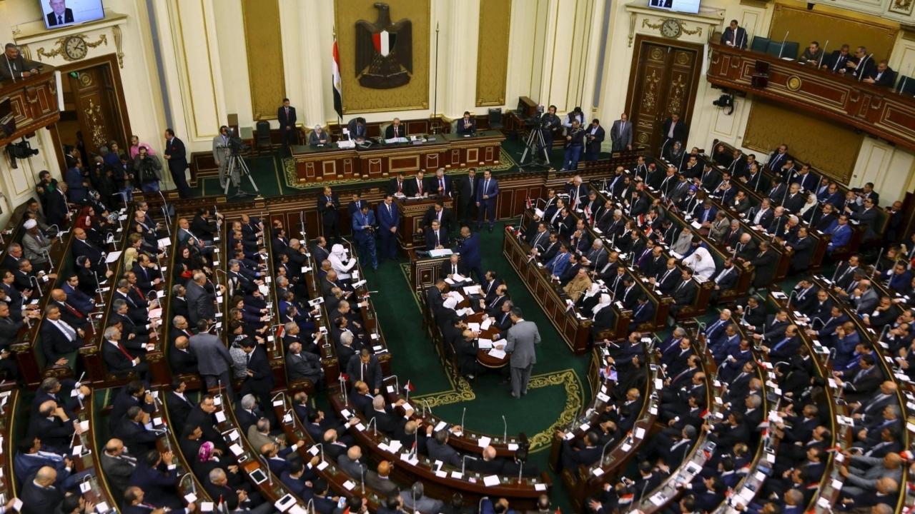 البرلمان المصري يقر قانون فصل موظفي الإخوان في الجهاز الإداري للدولة