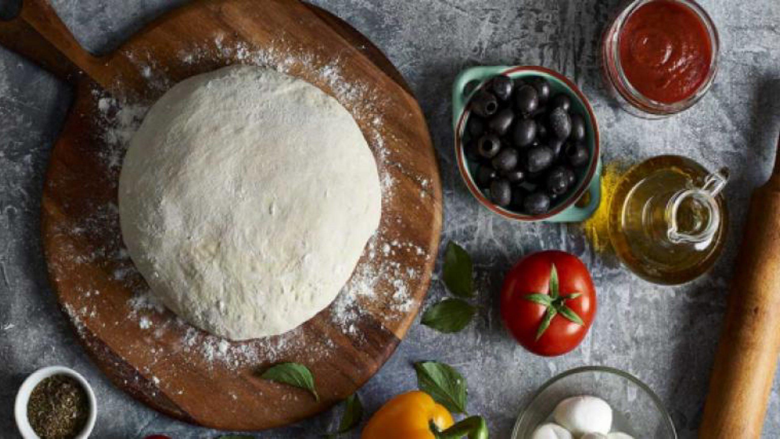 طريقة عمل عجينة البيتزا بمكونات متوفرة لدى الجميع