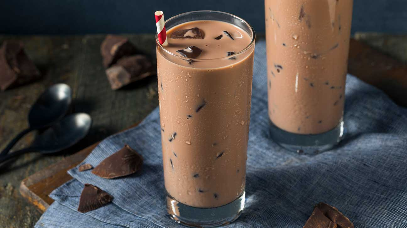 وأنت تستمتع بتناول كوب حليب بالشوكولاتة، تعرف على فوائده وطريقة سريعة لتحضيره