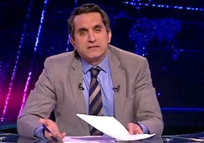 باسم يوسف يرتدي السلطانية أمام دار القضاء